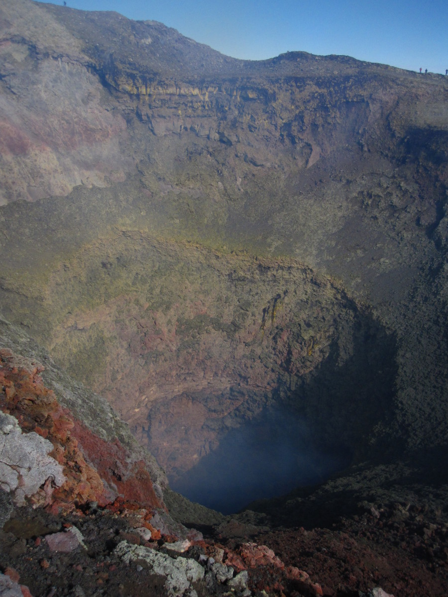 Pohled do hlubin kráteru.