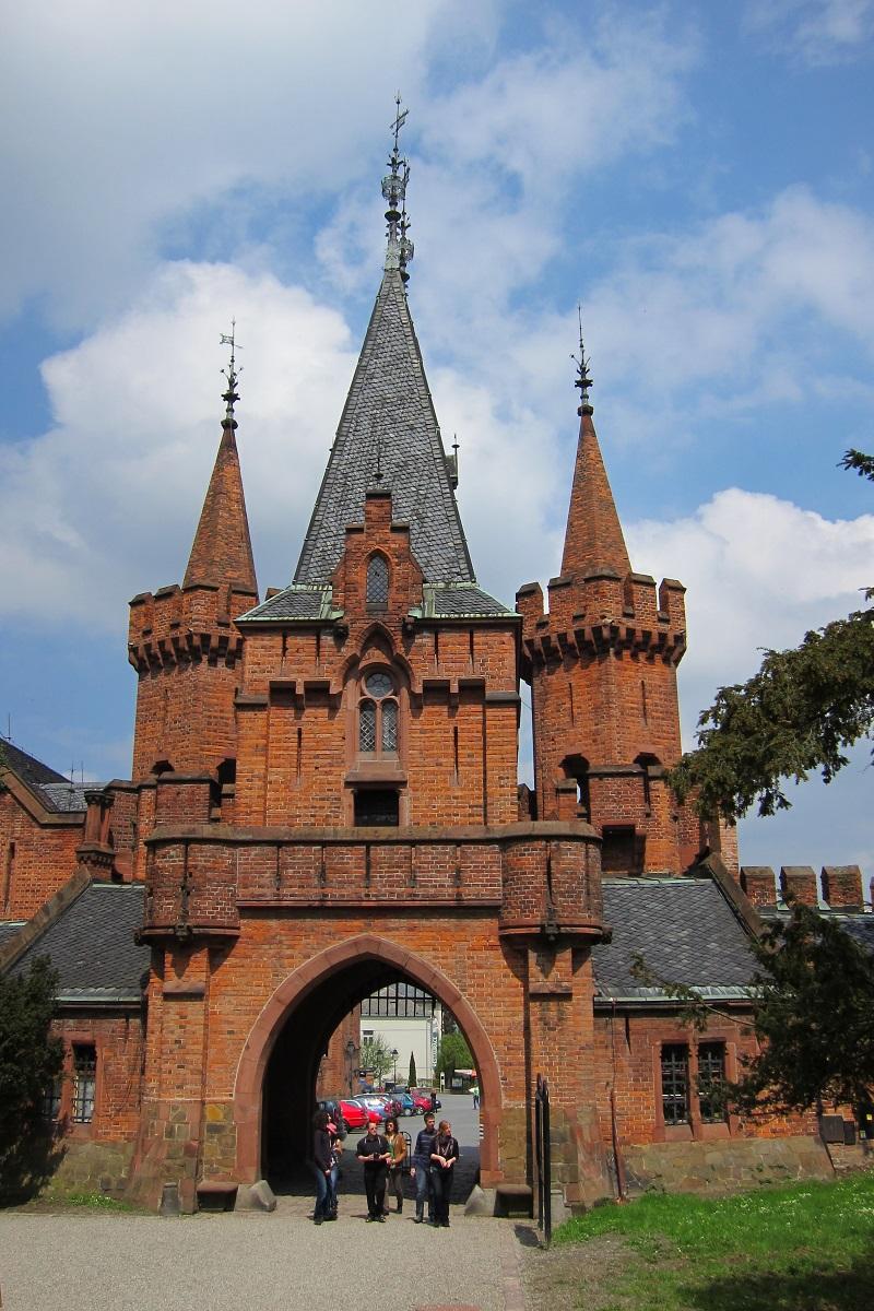 Vstupní neogotická brána, zámek Hradec nad Moravicí