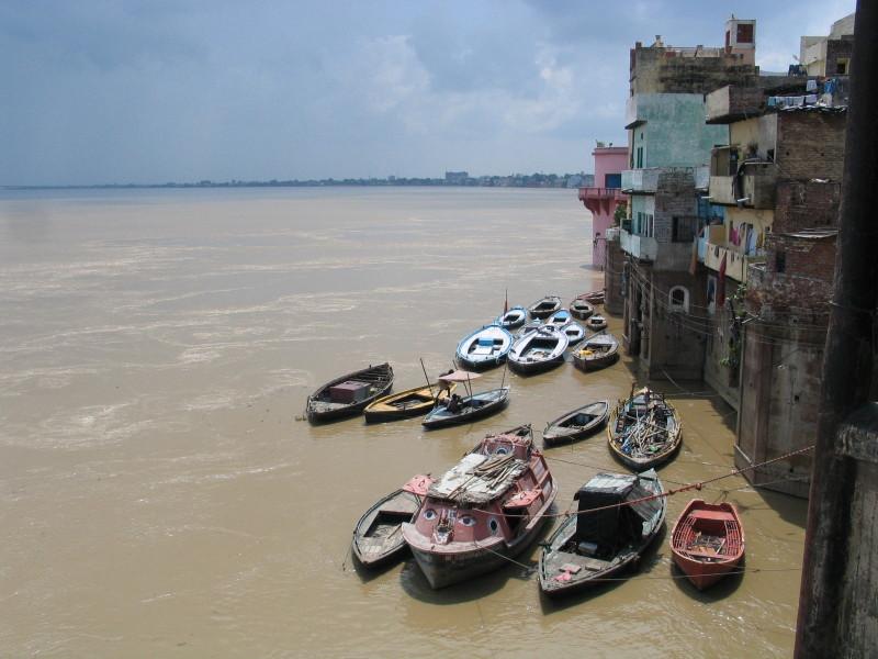 Hladina Gangy v monzunovém období je výrazně vyšší a některé gháty jsou zatopené. Doporučuji vydat se do Váránasí mimo období dešťů.