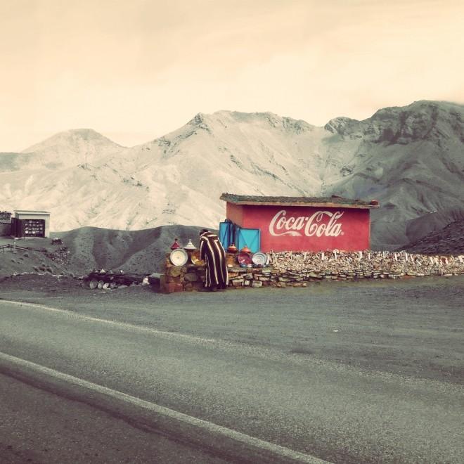 Starší berberský pán prodávající suvenýry v horách.