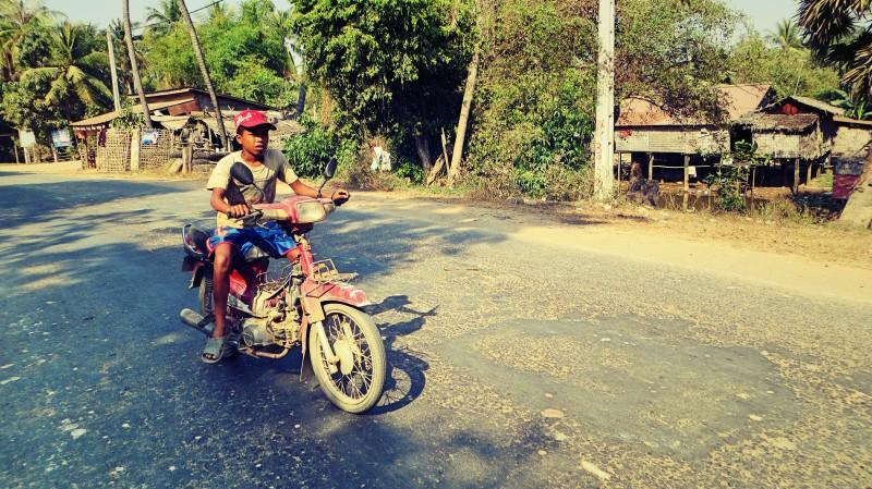 Chlapec na motorce.