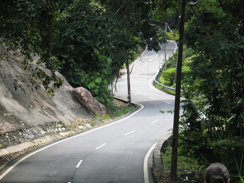 Na Pangkoru je doprava minimální a tak lze silnici využít i jako ideální turistickou stezku.