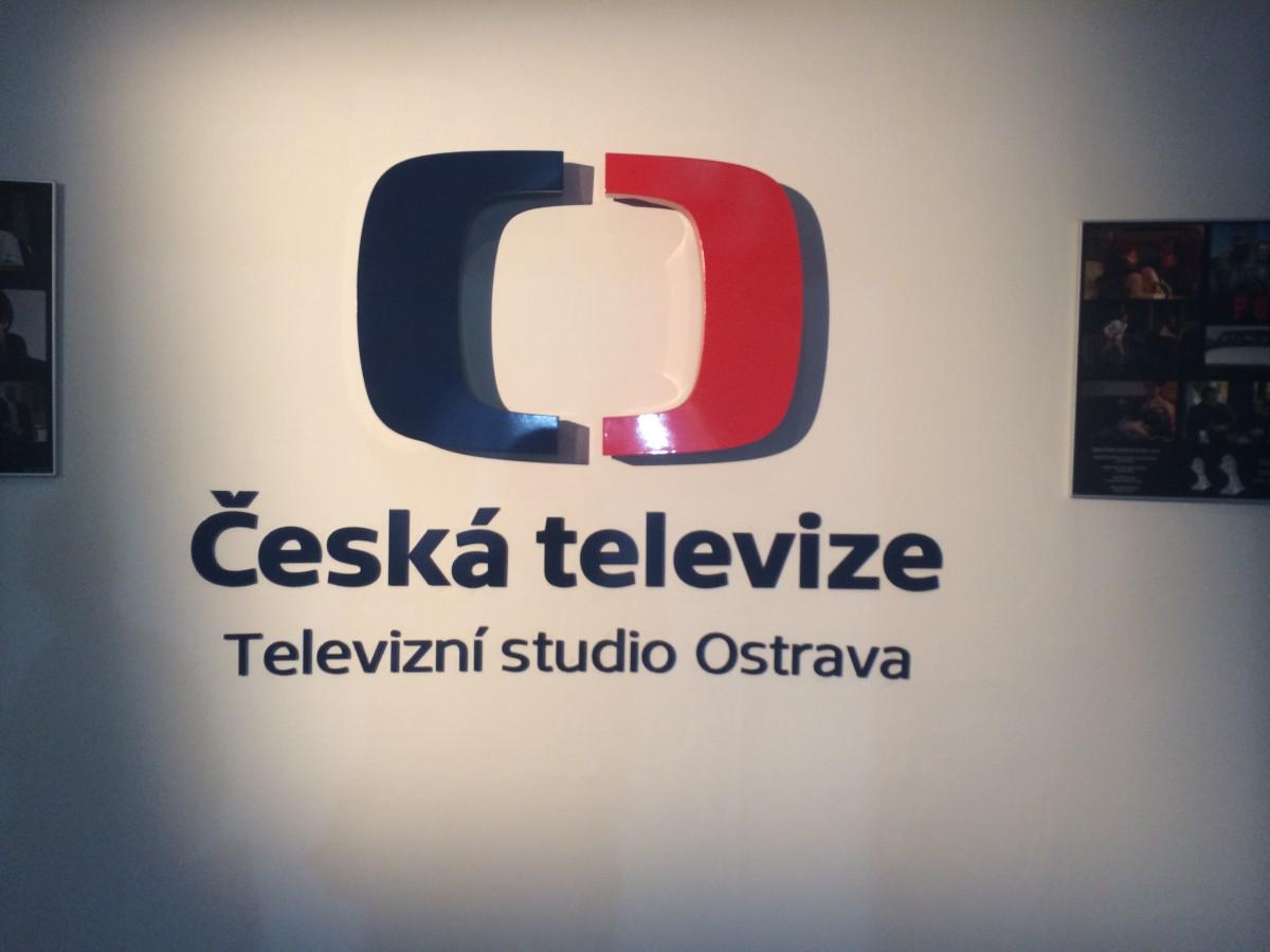 Logo České televize ve vstupní hale do budovy.