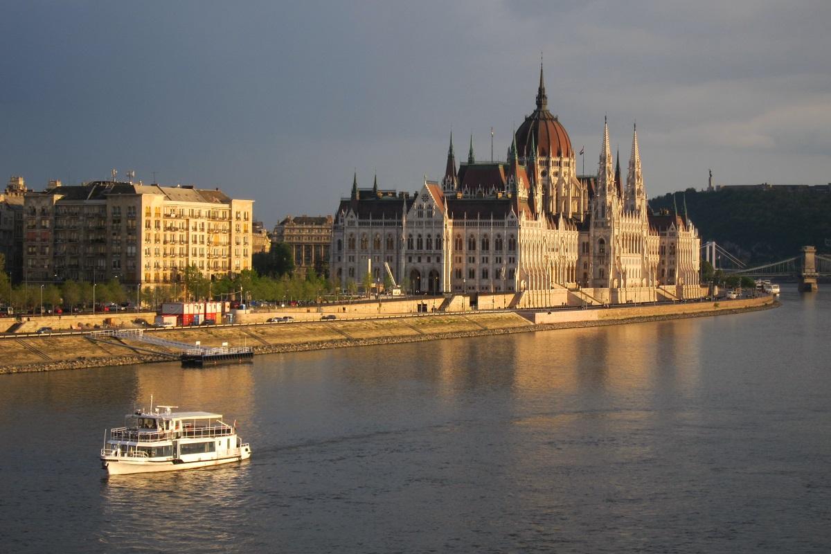 Parlament, vpravo na kopci Socha Svobody, Budapešť