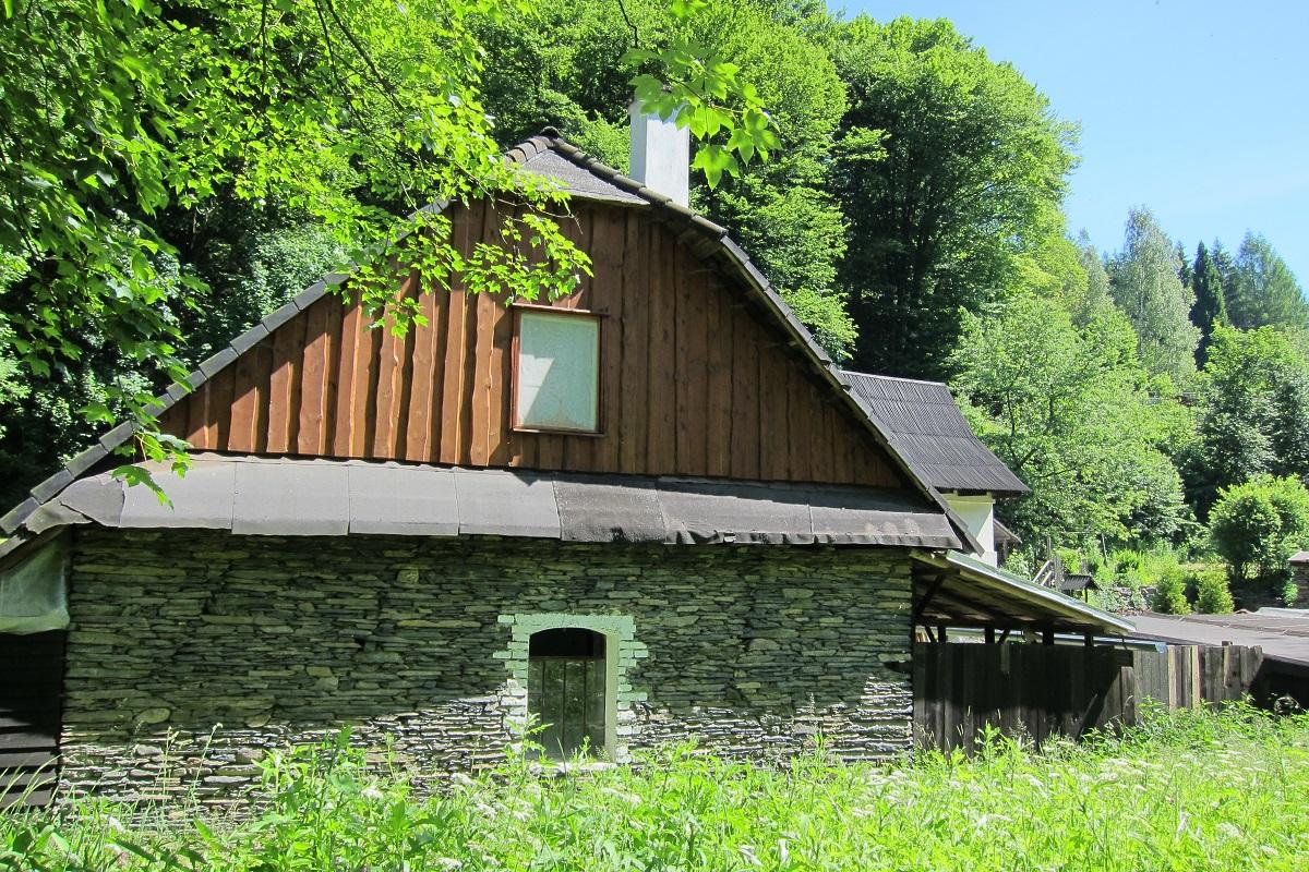 Panský mlýn : V údolí Bystřice se až do dnešní doby těží břidlice. Tady vidíme příklad jejího využití.