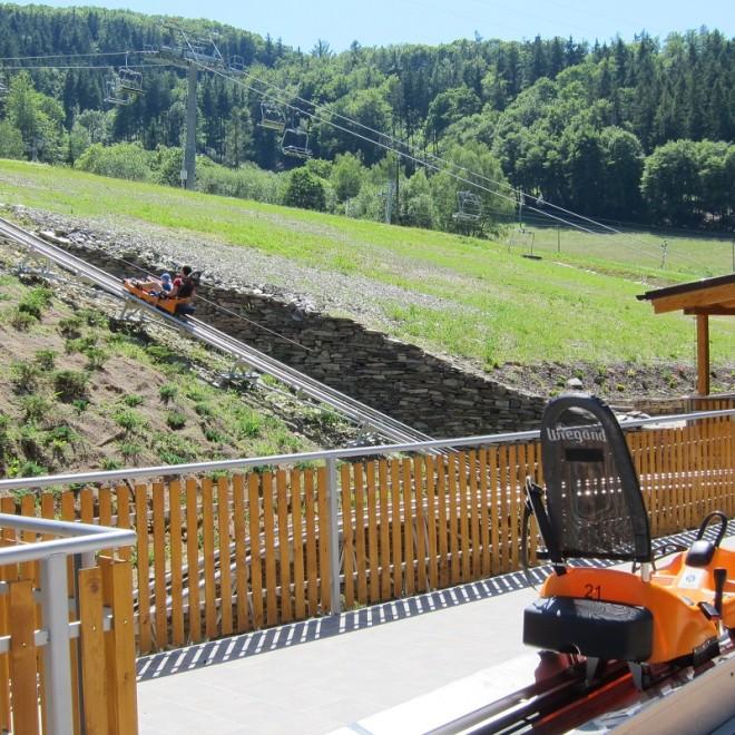 Trochu jiná dráha :-) - bobová dráha v Hrubé Vodě. Pár desítek metrů od nádraží si lze čekání na vlak zkrátit touto komerční atrakcí.