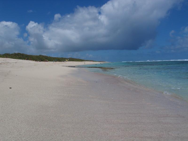 Pláže, chráněné korálovým útesem. Poblíž Pointe des Chateaux.