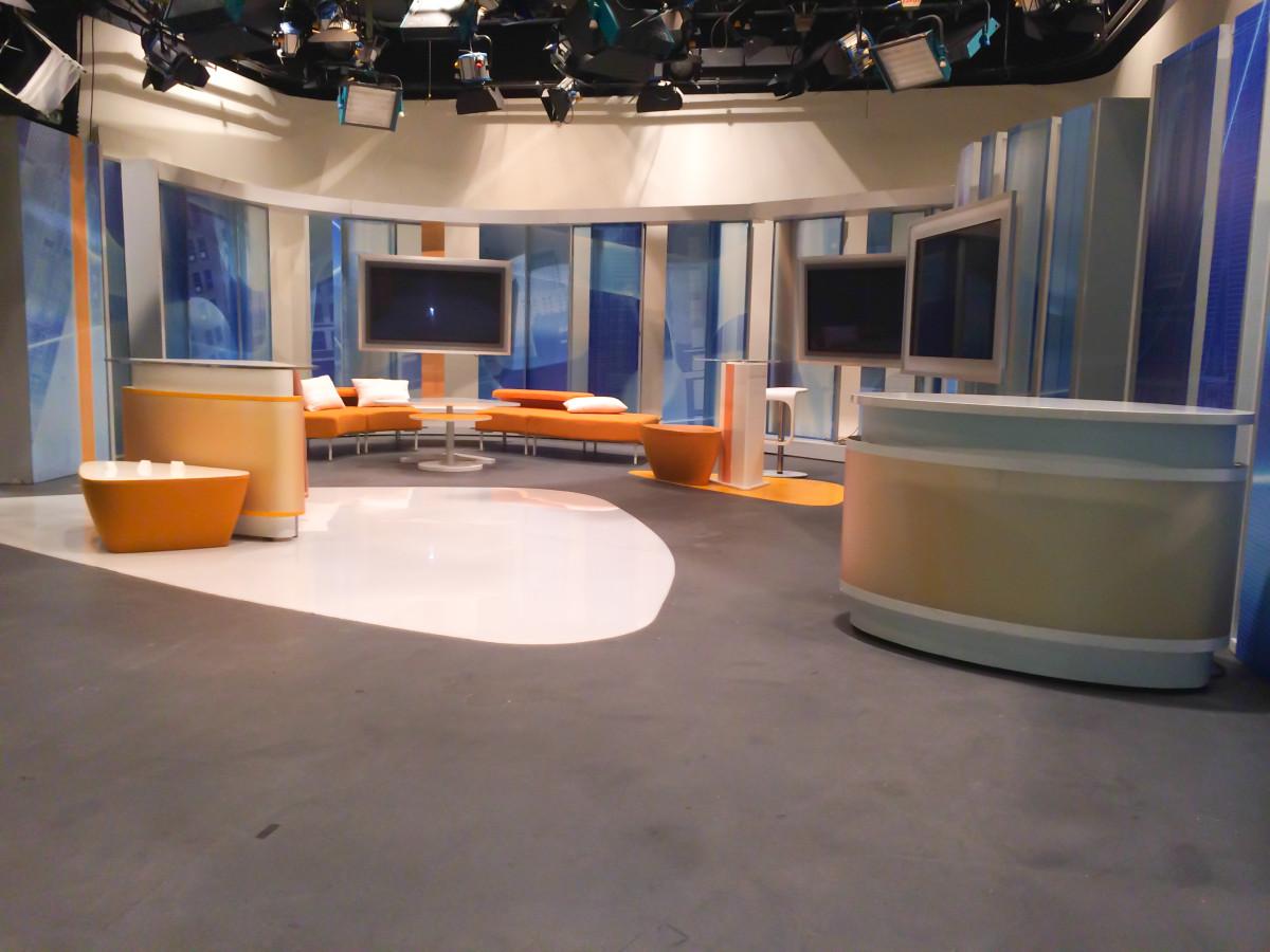 Pohled do studia pořadu Dobré ráno v České televizi Ostrava tak, jak ho znáte z TV.