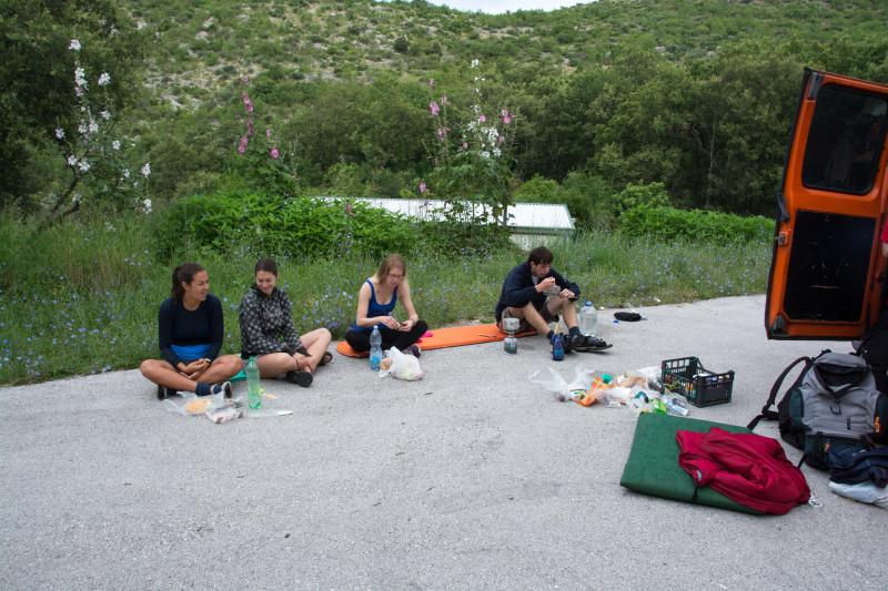 Po krásném přespání v nádherném sadu nebo co to bylo, jsme si udělali pro změnu snídani ne v trávě, ale na asfaltu.