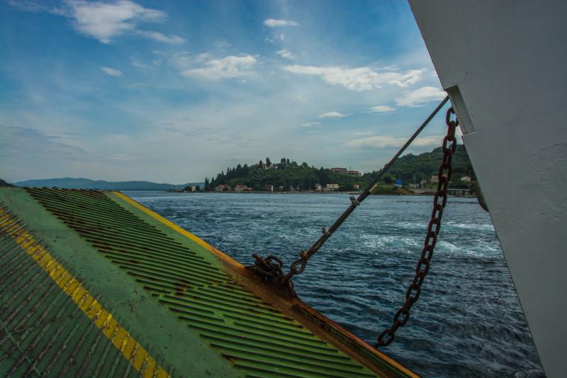 Projeli jsme se po jezeře na trajektu, ať tu vodu vidíme taky trošku z jiné perspektivy a mrkneme naopak z vody na pevninu...