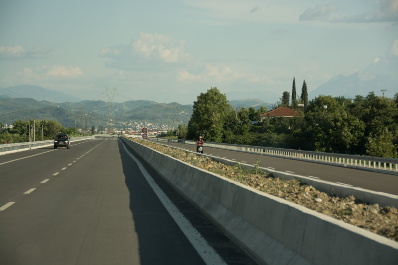 Později jsme v protisměru na dálnici potkali zase pro změnu pána na kole...