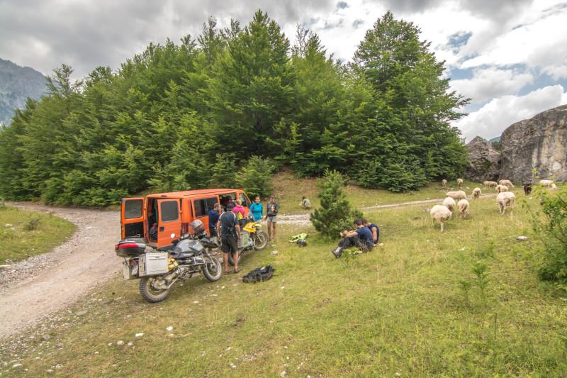 Ve vrcholcích národního parku v Albánii jsme s klukama na motorkách pak v klídečku s ovečkami za zády poobědvali.