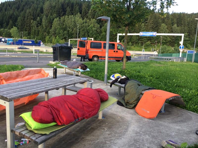 První noc jsme spali na odpočívadle v Rakousku, kde nebylo pravda zrovna nejtepleji, ale s dobrým vybavením a partou skvělých lidí je dobře všude na světě.