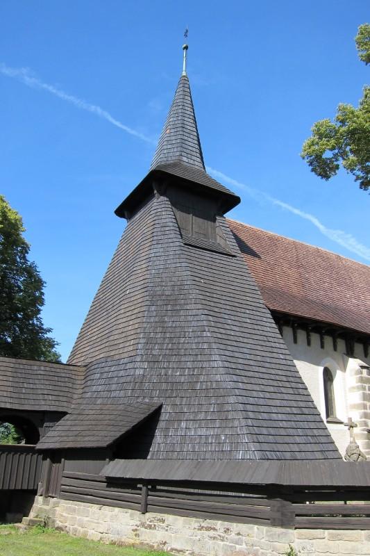 29 metrů vysoká věž kostela v obci Kočí