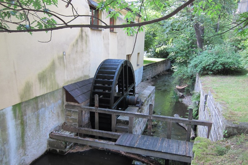 Bývalý koželužský mlýn najdeme nedaleko divadla.