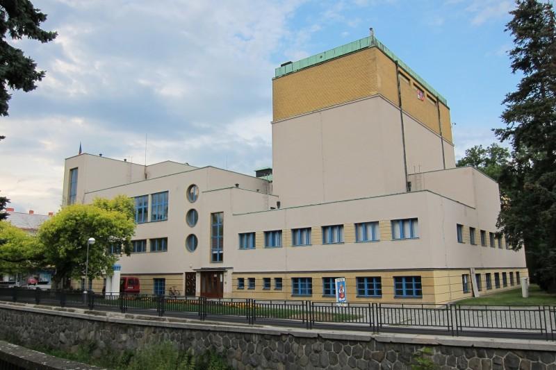 Pohled na divadlo od řeky Chrudimky