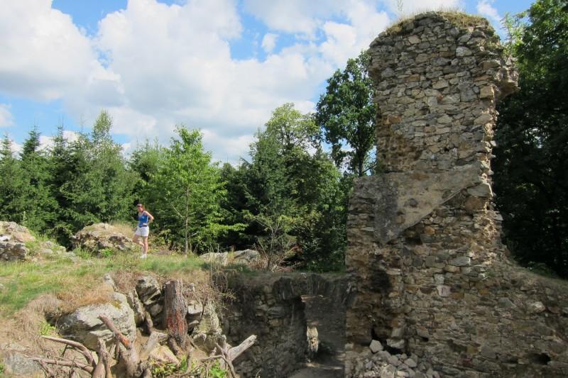 zřícenina Rabštejnek - pohled zvnitřní části hradu na plášťovou zeď a vstupní branku