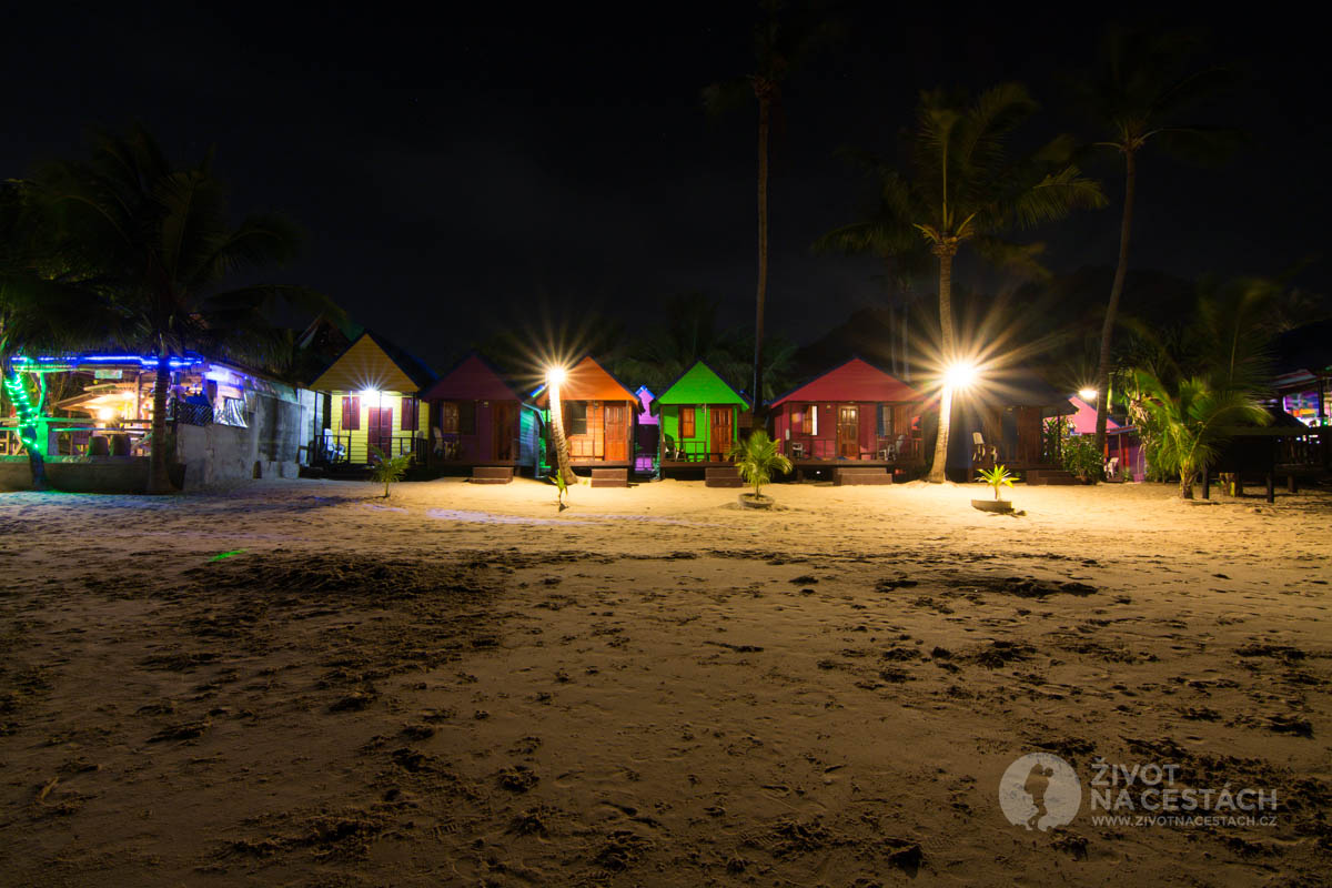 New Hut Bungalow v noci, Ko Samui, Thajsko