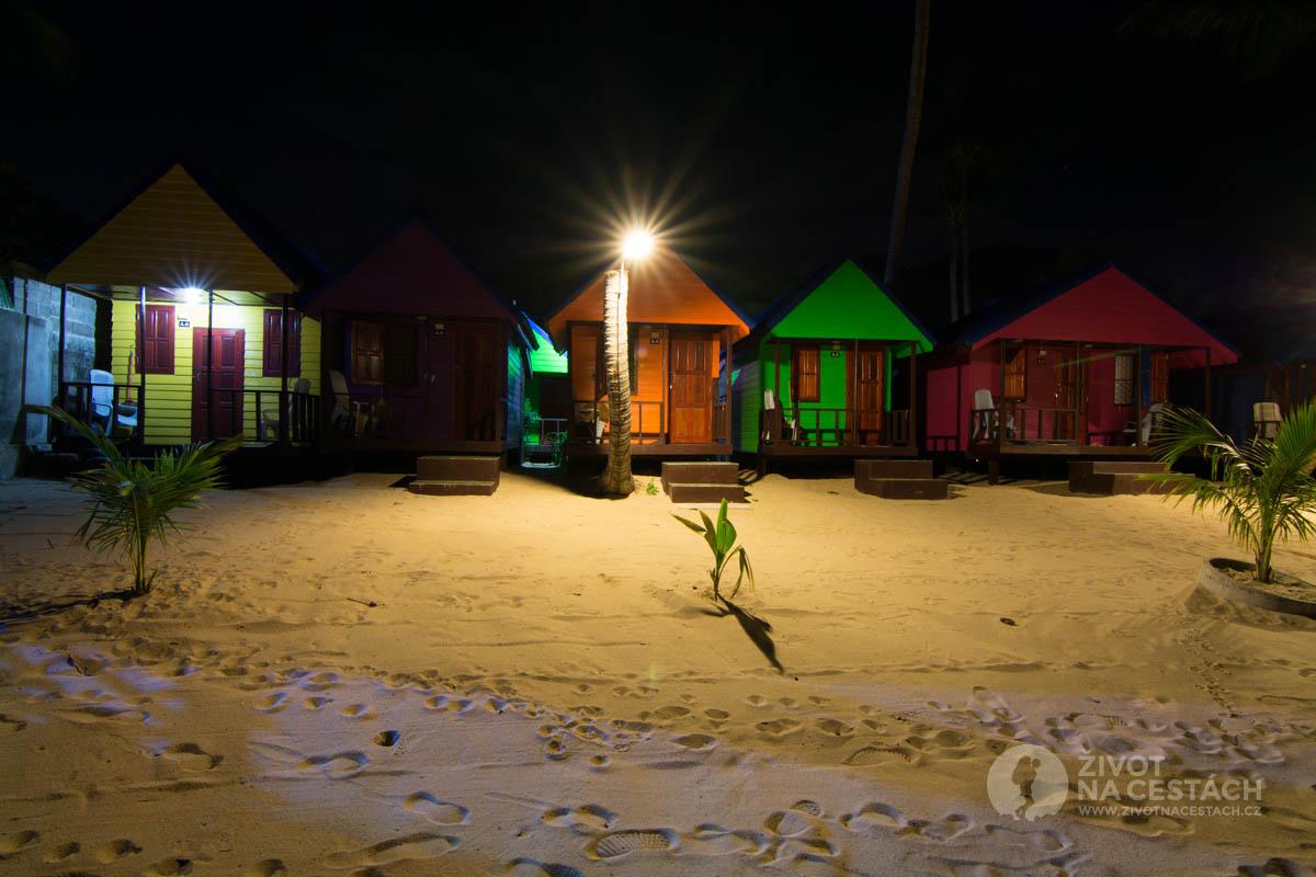 New Hut Bungalov v noci, Ko Samui, Thajsko