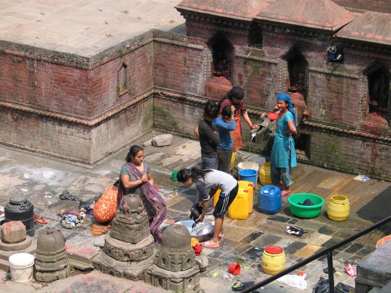 Veřejná prádelna. Káthmándú, Nepál