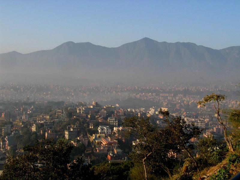 Káthmándú z vrchu Swayambunath.