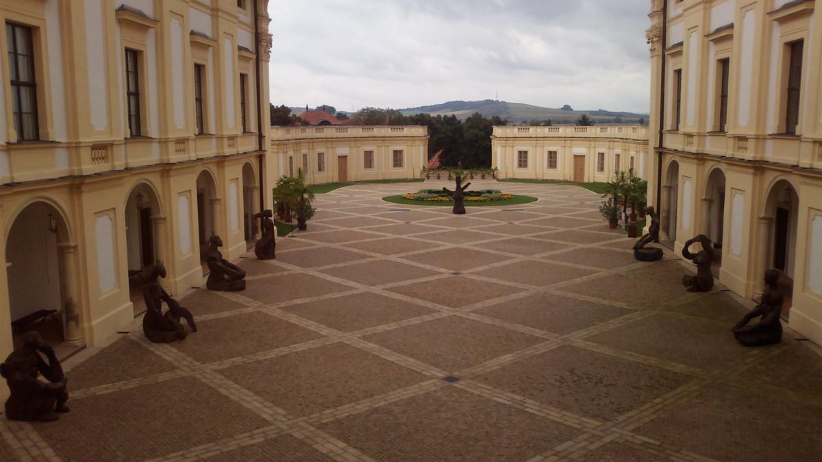 Pohled z prvního patra zámku na vstupní prostranství