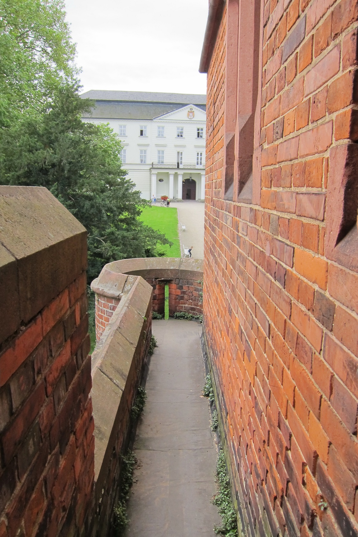 Pohled z ochozů směrem k Bílému zámku