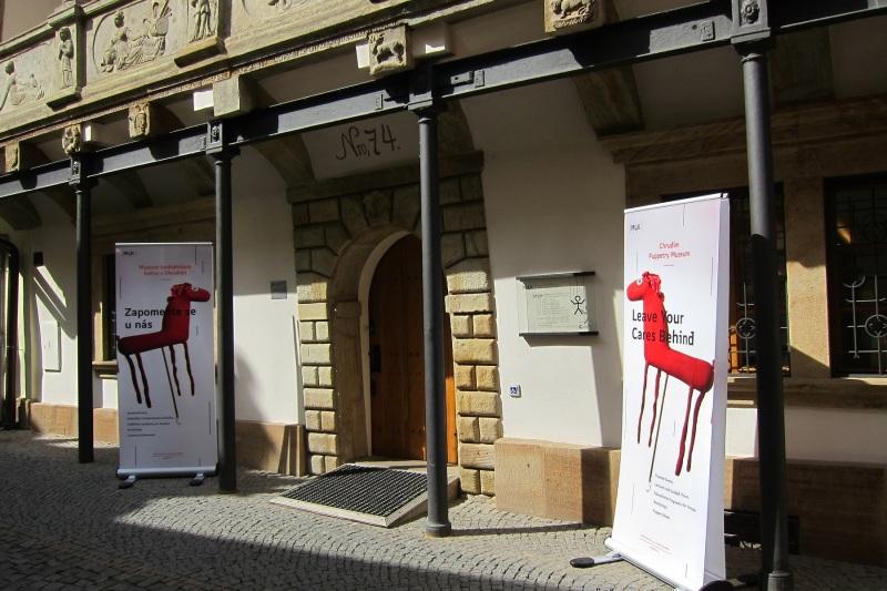 Vstup do Muzea loutkářských kultur v Chrudimi (Mydlářovský dům)
