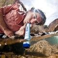 LifeStraw Personal - pití vody z řeky zespodu.