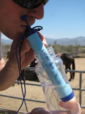 LifeStraw Personal - muž pijící z plastové láhve