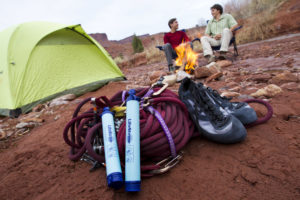 LifeStraw Personal - před stanem s horolezeckou výbavou
