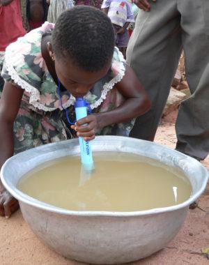 LifeStraw Personal - pití z nádoby v Africe