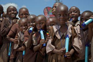 LifeStraw Personal - skupinka školáků v Africe