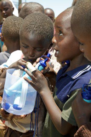 LifeStraw Personal - pití dětí z plastové nádoby