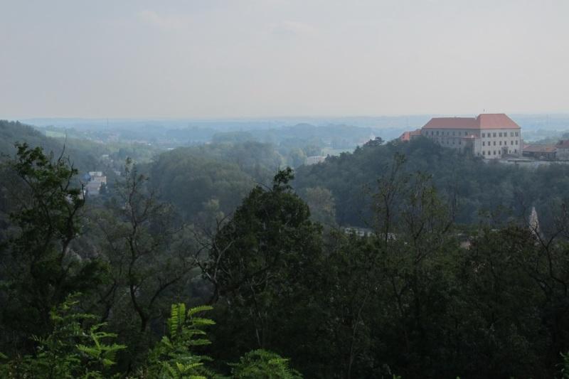 Vpravo zámek Dolní Kounice, pod ním ukrytý klášter Rosa Coeli