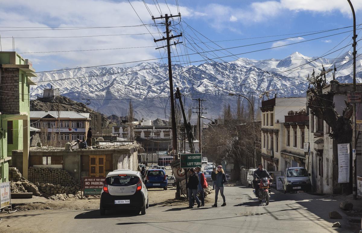 Šestitisícové vrcholy obklopující město Leh