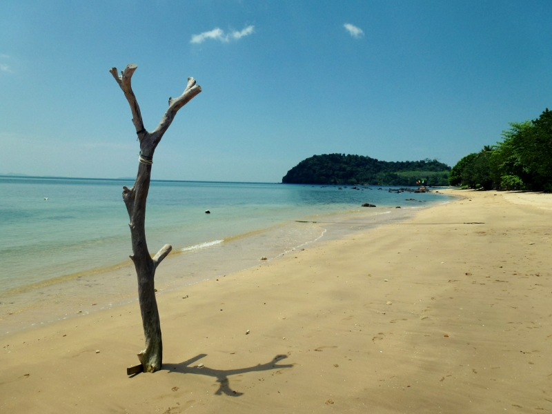 Pláž na ostově Ko Jum, Thajsko