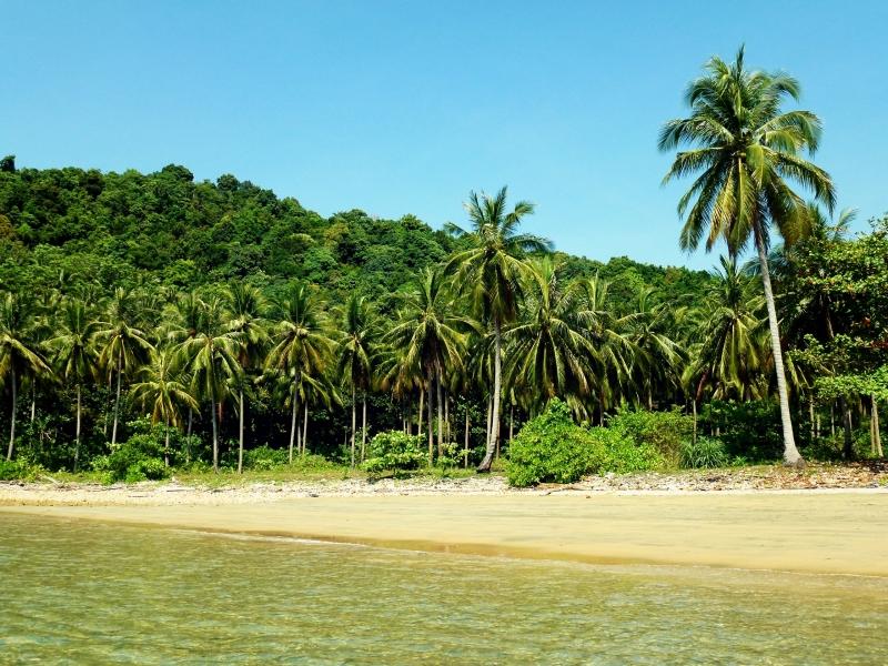 Kokosová pláž. Ostrov Ko Jum, Thajsko.