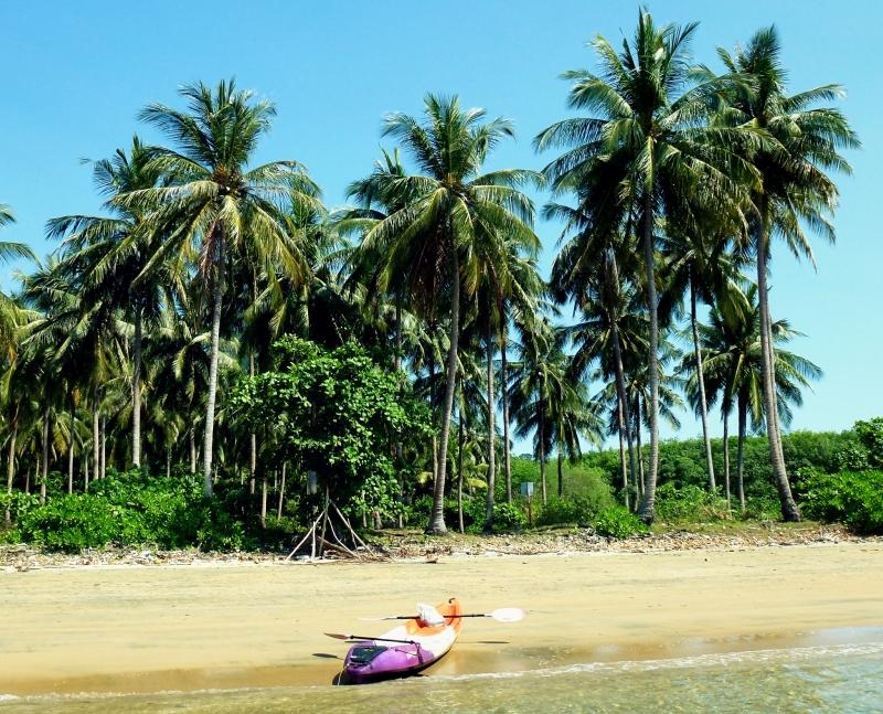 Kajak na pláži na ostrově Ko Jum v Thajsku.