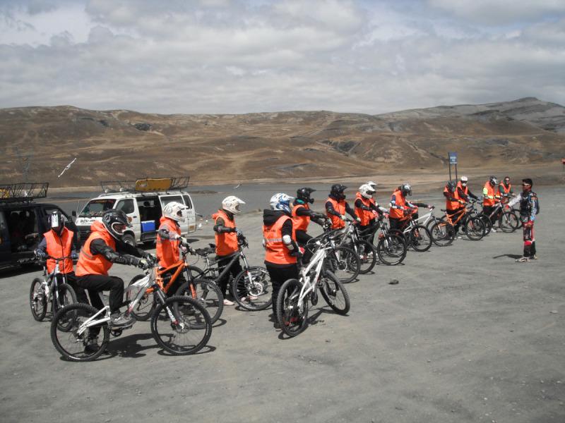 Přípravy na sjezd Death Road - El Camino de la Muerte, La Paz, Bolívie