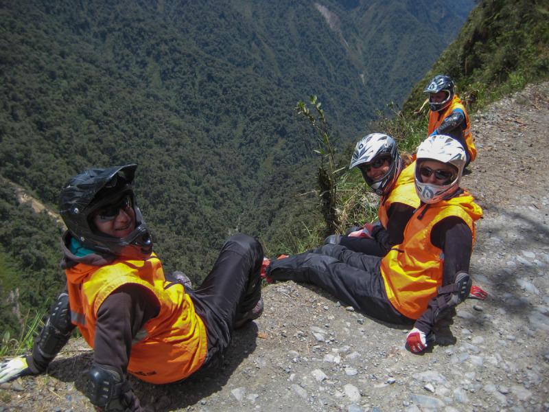 Chvíle odpočinku při náročném sjezdu Death Road, La Paz, Bolívie