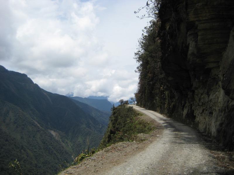 Typický pohled ze sedla na Death Road - El Camino de la Muerte (Silnice smrti), La Paz, Bolívie