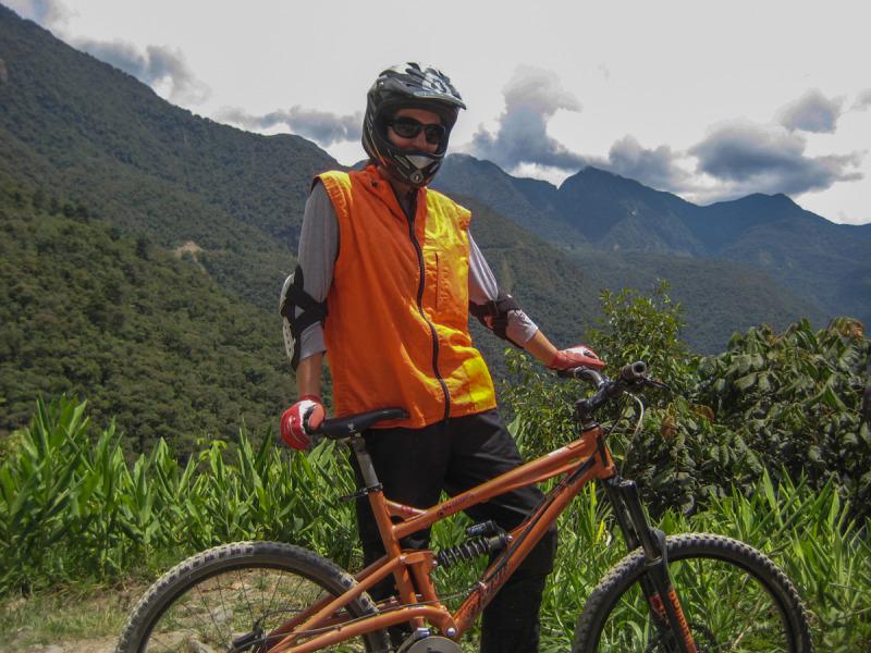 Vybavení ke sjezdu Death Road – El Camino de la Muerte (Silnice smrti) na kole, La Paz, Bolívie