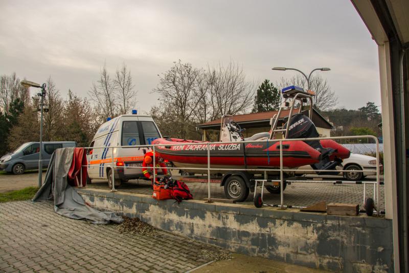 Příprava člunu za sanitku záchranářů.