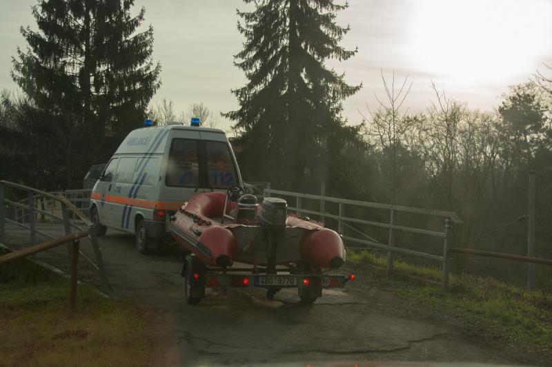 Přejezd záchranářů přes železniční most cestou na Pohansko nedaleko Františkova rybníka.