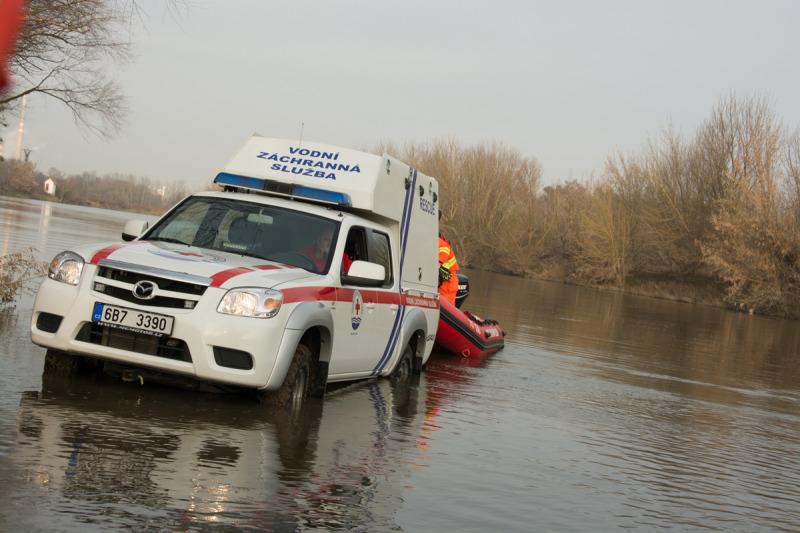 Po nezbytných přípravách mohou záchranáři zajet do vody a posadit člun na vodu a sjet s člunem na řeku.