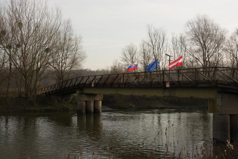 Dřevěný most byl vyzdoben vlajkami Slovenska, Evropské unie a Rakouska. Trošku jsem ale nepochopil, proč tady chyběla naše vlajka...