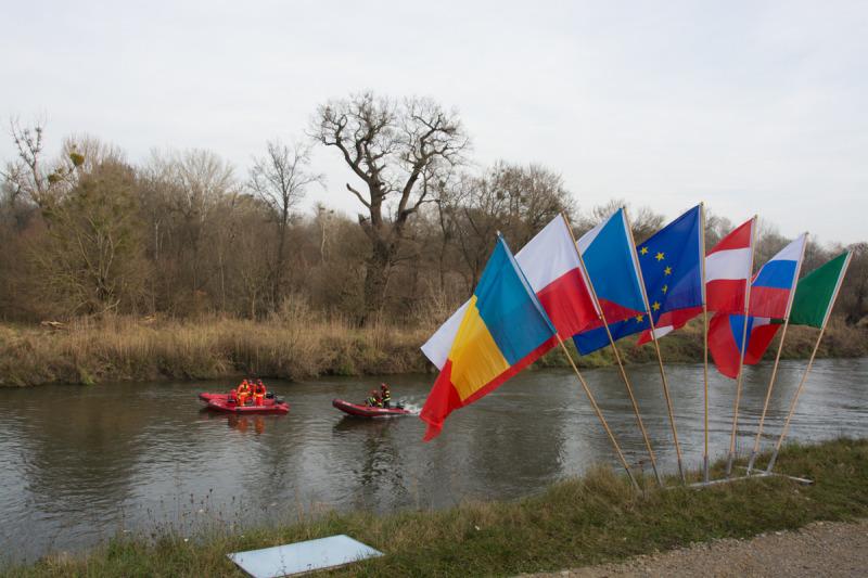 Vlajky a záchranáři na Rakouské straně hranice. Alespoň tady už naše vlajka nechyběla.