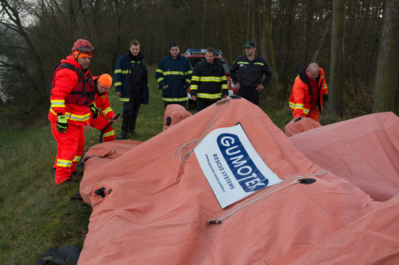 Další sponzor - Gumotex, který poskytnul záchranářům tento stan.