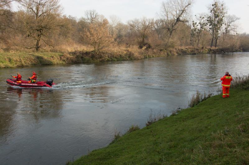 Pro případ nějakých komplikací je potřeba ještě natáhnout záchranné lano pro plavce, kteří by se kvůli silnému proudu nedokázali dostat včas na břeh, kde jim pomáhali záchranáři ven z vody.